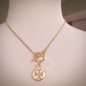 ✅ 🆕 TORY BURCH LOGO CHARM GOLD TOGGLE NECKLACE